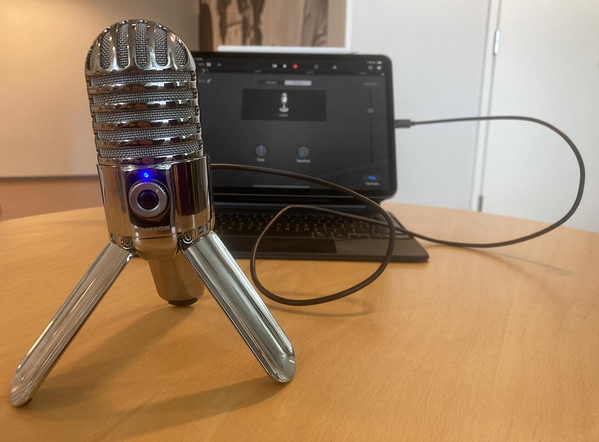 Podcastin tallennus iPadilla ja erillisellä mikrofonilla.