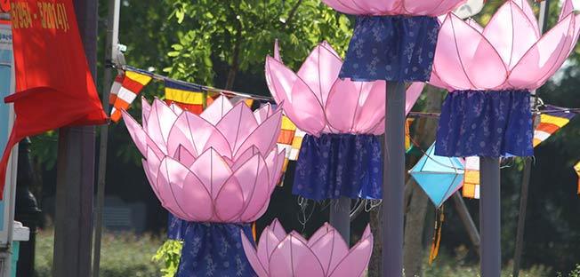 Kankaisia Lootus-kukkakoristeita Vietnamissa