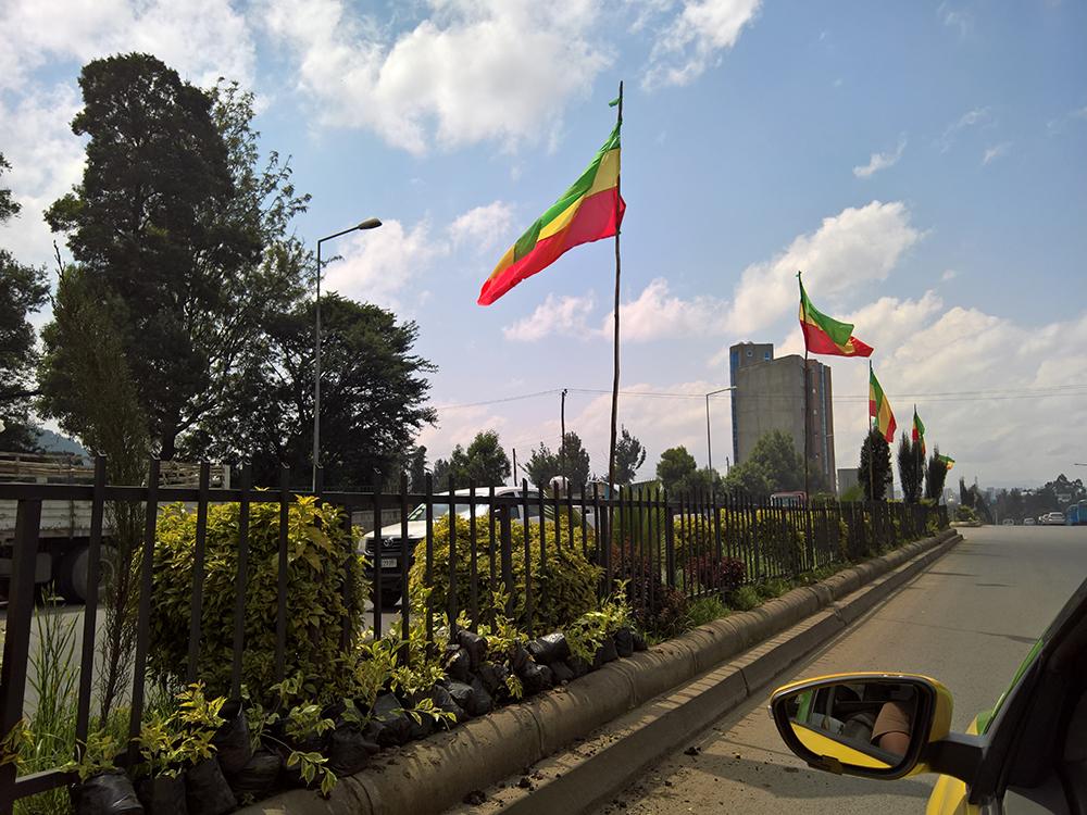 Katunäkymä Addis Abebassa, lippuja liehumassa.