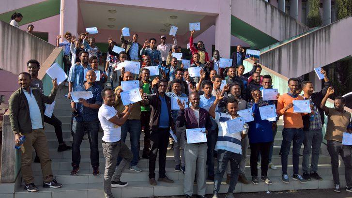 Training of Trainers -koulutuksen osallistujia todistuksineen.