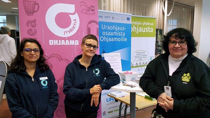 Ohjaamo Jyväskylän ja TESSU-projektin toimijoita yhteiskuvassa