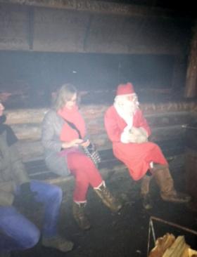 Projektin työntekijä ja joulupukki laavulla