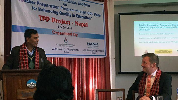 Juha Hautala nepalilaisen yhteistyökumppanin kanssa seminaarissa.