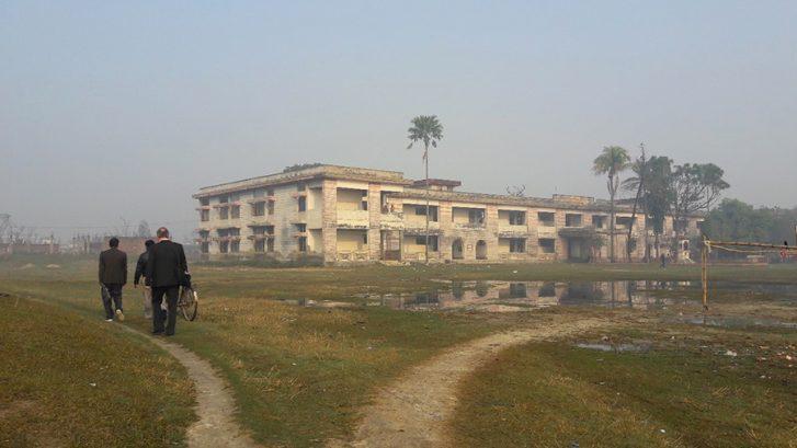 Tiimi polulla matkalla koulutuspaikalle Sirahassa, raunioitunut rakennus.