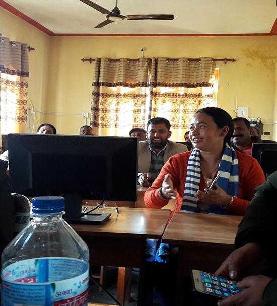 Opettajankouluttajia Surkhetissa keskustelemassa puhelimen käytöstä opiskelussa.