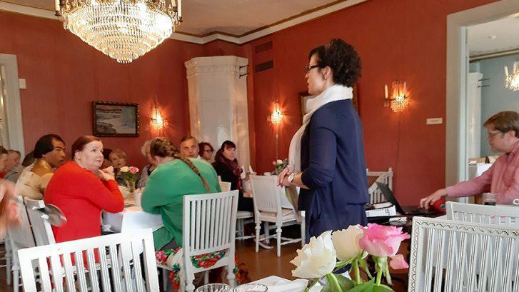 Aamubrunssi-tilaisuus Saarijärvellä, Johanna Pitkänen puhumassa osallistujille