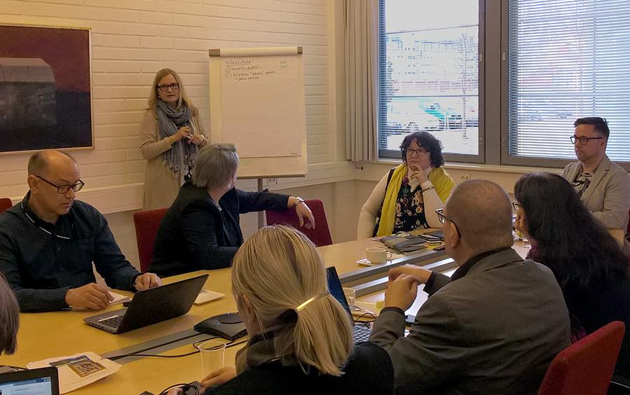 projektien toimijoita ohjausryhmän kokouksessa