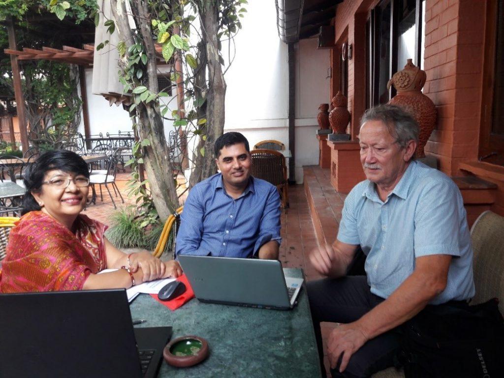 Tietokoneiden äärellä työskentelevät Mohan Paudel, Rajani Rajbhandary ja Tauno Tertsunen