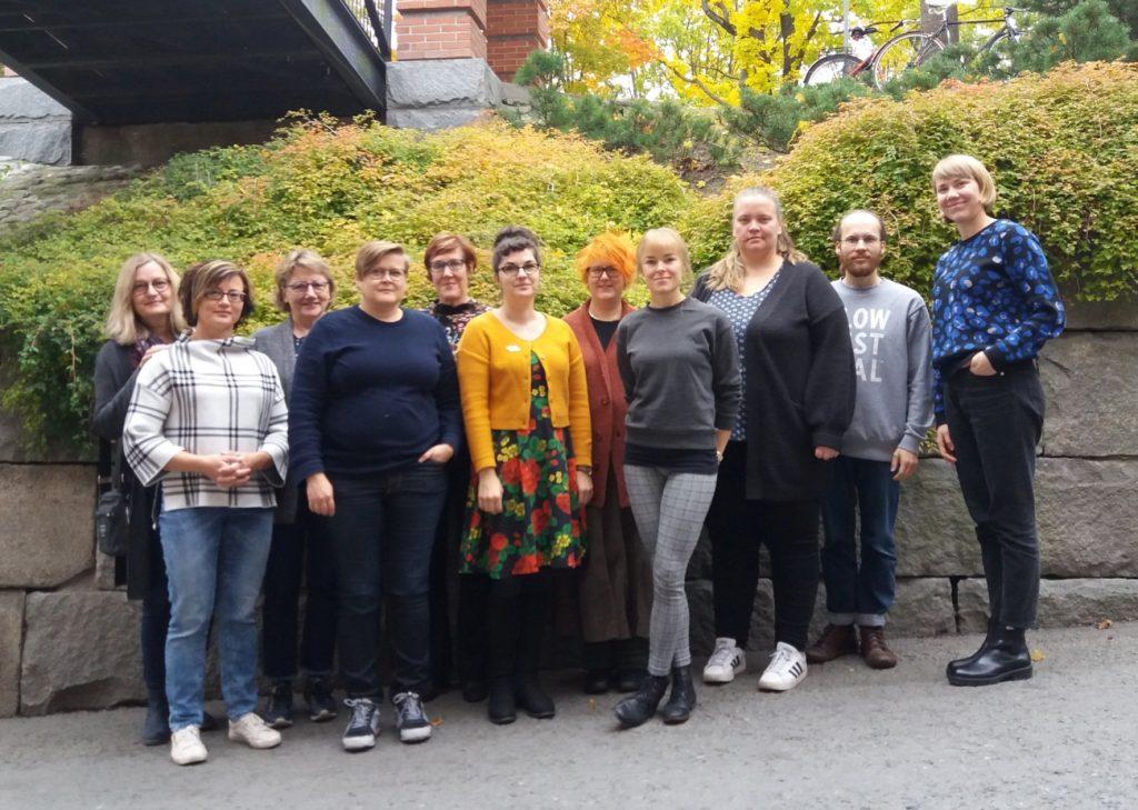 Potentiaali-hankkeen työntekijät Tampereella kehittämispäivässä, seisovat ulkona.