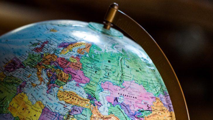 Karttapallon pohjoinen puolikas, jossa Eurooppaa ja Venäjää näkyvissä.