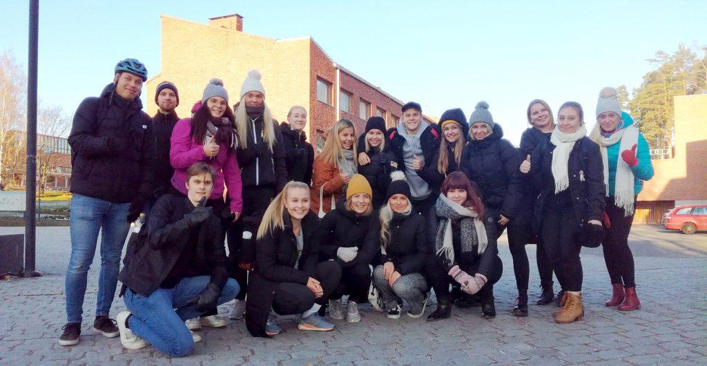 Kuvassa opiskelijoita