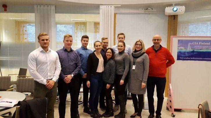 Myyntikärjen opiskelijat sekä oikealla heidän lehtorinsa Päivi Könönen ja myyntipsykologian valmentaja Harri Sjöman.