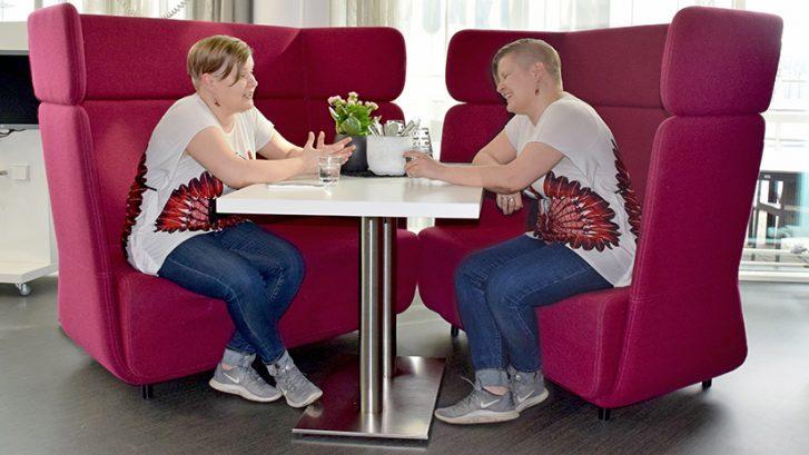 Kuvituskuvassa sama nainen istuu kummallakin puolen pöytää.