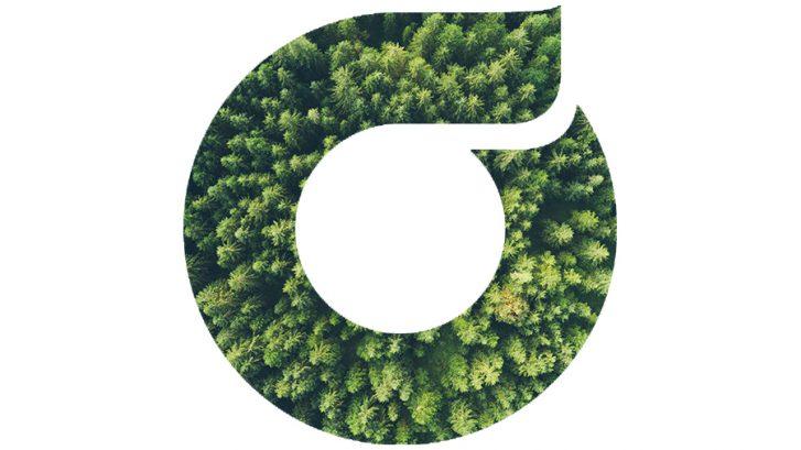 Ohjaamo-logo, jonka täyttövärinä on ilmakuvaa metsästä.