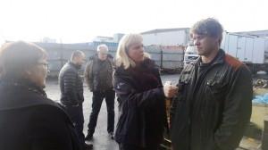 Marja Keväjärvi kuuntelee, kun uraohjaaja Rakel Steinvör Hallgrímsdóttir keskustelee Velar og Skip -yrityksen työntekijän kanssa.