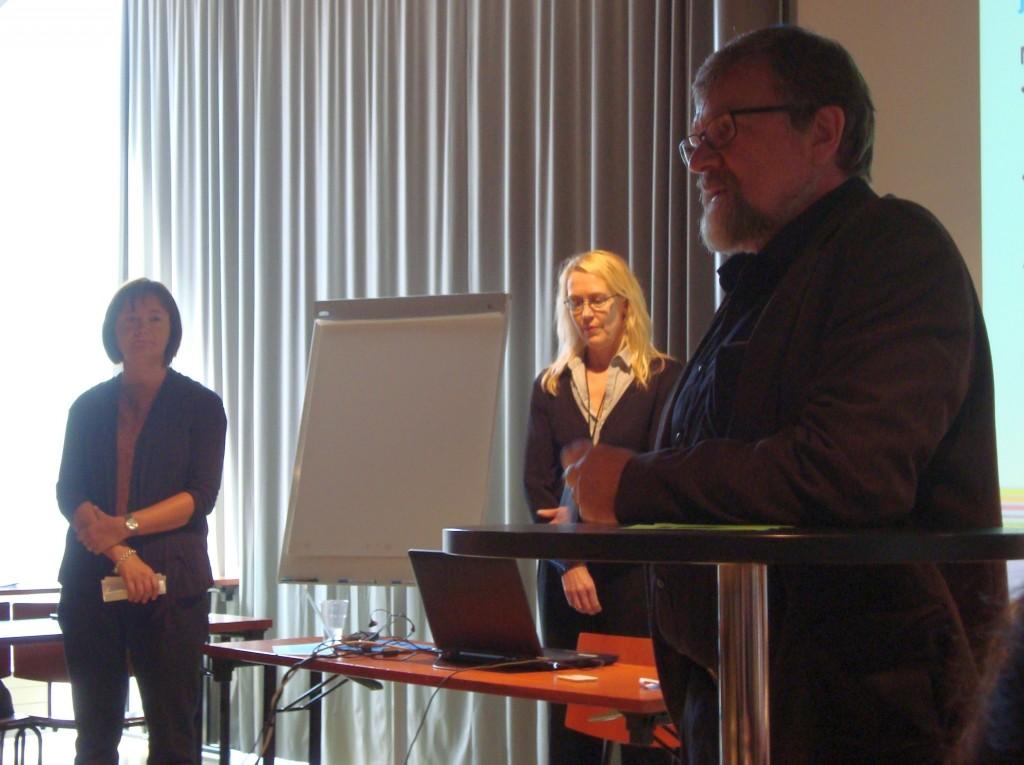 Klinikalla puhuivat sosiaalineuvos Eveliina Pöyhönen (vas.) STM:stä, neuvotteleva virkamies Ulla-Jill Karlsson OKM:stä ja erityisasiantuntija Ari-Pekka Leminen TEM:stä.