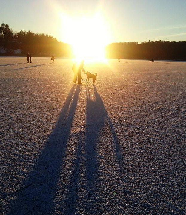 Aurinkoisilla ilmoilla Jyväsjärvi täyttyy hiihtäjistä, luistelijoista, potkukelkkailijoista ja kävelijöistä. Kävimme kämppisteni Lindan (vas.) ja Tillan (oik.) kanssa jäällä riehumassa.