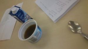 """Toisinaan tulee nukuttua turhan myöhään, sillon nappaan """"aamupalat"""" kouluu mukaan. Viilit söin, ja sen jälkeen viilikupista tuli kahvikuppi. Kahvit kärräsin koululle taskumatissa. Insinöörimäistä ongelmanratkasukykyä :D"""