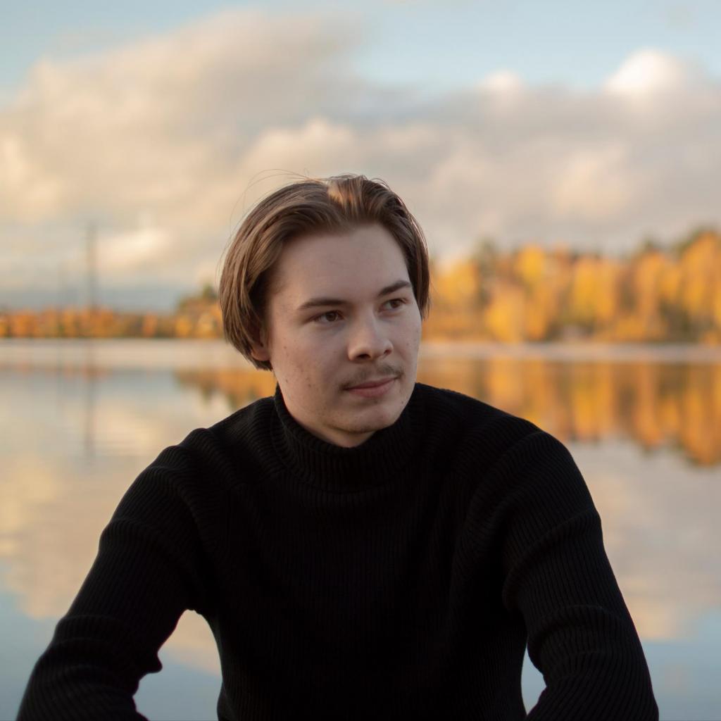 Artikkelin kirjoittaja Topi Pajukko kuvattuna Jyväskylän järvimaisemaa vasten rennossa tunnelmassa