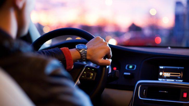 Käsi auton ratissa