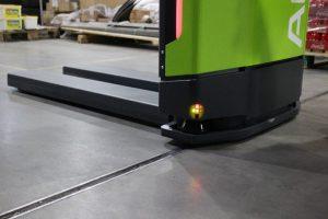 Mobiilirobotti ylittämässä lattiassa olevaa rakoa