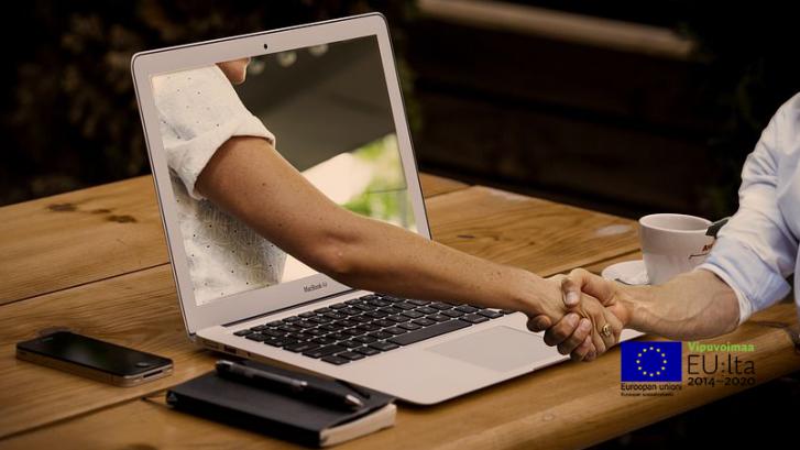 Kuva tietokone ja auttava käsi