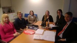 Projektiryhmä suunnittelemassa toteutusta Mira Liimataisen ja Timo Kalmarin kanssa Osuuspankin konttorilla.