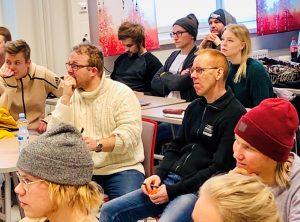Antikvariaatti Lukuhetken yrittäjä Pekka Räsänen ja Villielon yrittäjä Mauno Leppänen arvioivat opiskelijoiden kehittämiä tapahtumakonsepteja. (Kuva: Virpi Heikkinen)