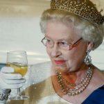 Queen Elizabeth II | Saul Loeb/AFP/Getty Image  Kuningatar Elisabeth II tunnetaan ginin ystävänä
