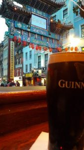 Kulttuurien sulatusuunissa Lontoossa irlantilainen stout ja kiinalaiset lyhdyt sulautuvat yhteen viehättävällä tavalla