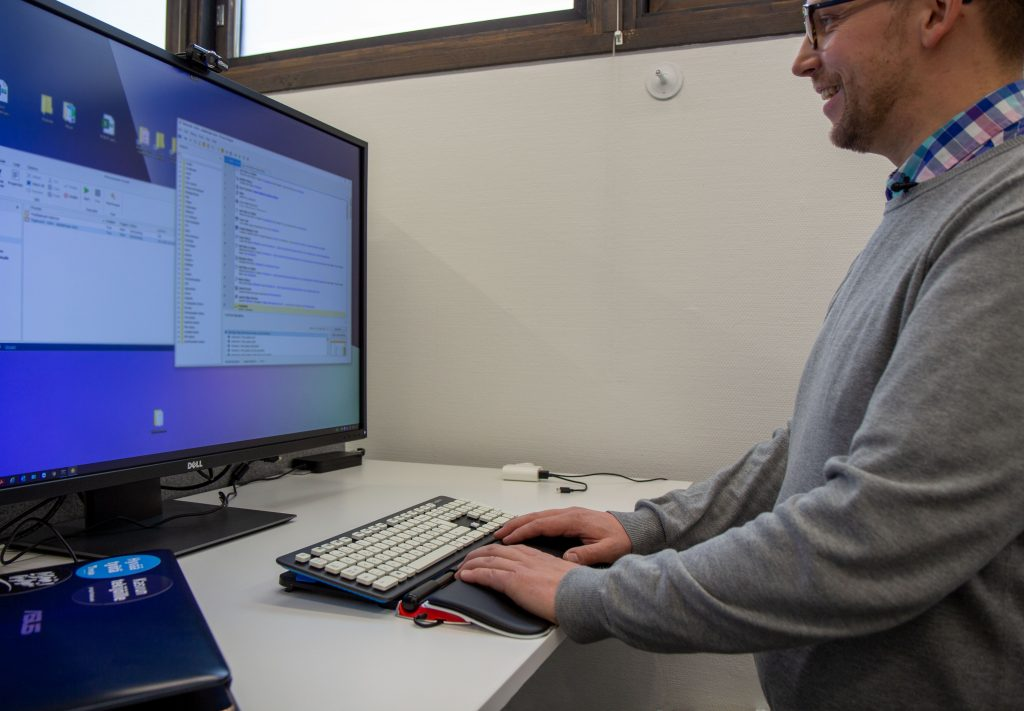 Yrittäjä Atte Porkkala esittelemässä ohjelmoimaansa robottia, kuva: Viivi Kaartinen